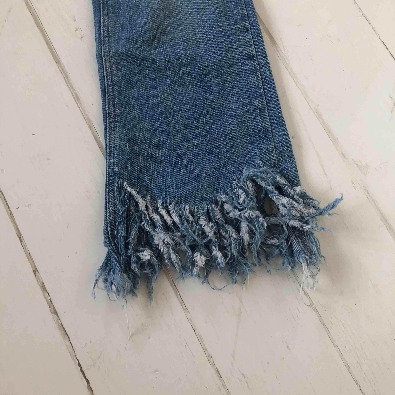 Ett par jeans med slitningar och fransar nertill. Knappt använda!  Frakt tillkommer . Jeans & Byxor.