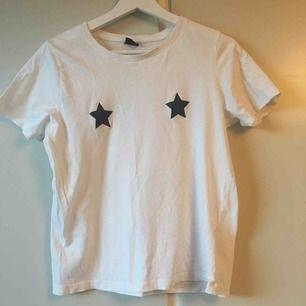 Jättefin t-shirt med glittrande stjärnor! Knappt använd. Frakt ingår i priset