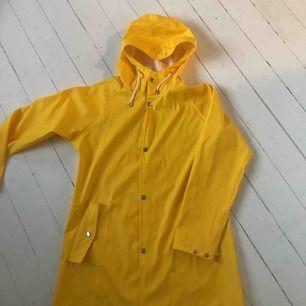 Säljer en gul regnjacka från lager 157. Ser ut som ny!!   Frakt tillkommer