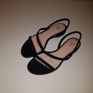 Fina låga skor från H&M använda bara en gång för ett par timmar. Frakten är inkluderat men kan ocskå mötas upp. 🌺🌺🌺  Kan gärna skicka fler bilder om det behövs 💋💋