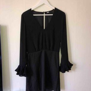 Svart klänning, aldrig använd. Som allt dom jag säljer är i super skick. Super snygg svart liten klänning!