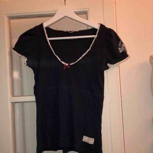 En marinblå T-shirt från odd Molly i storlek xs/small. Endast provad. Super fint skick, fin att ha under tröjor(därför jag köpte den) men även som den är! Super skönt material.
