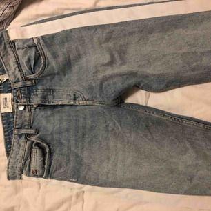 Säljer dessa assnygga jeans från zara. Bara använt fåtal gånger (2/3ggr) säljer pga förstora