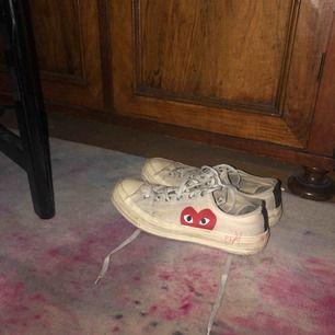 Min killes comme des garcon skor, i använt skick! Bad han rensa garderoben och han ville bli av med dem. Han har skrivit play där bak på skon och på andra skon ett tecken(därav billigt pris) man kan säkert få bort det men därav!