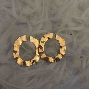 Superfina guldörhängen (inte äkta). Aldrig använda. Frakt ingår i priset.