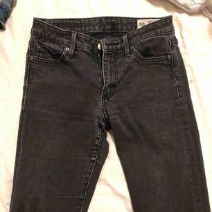 Säljer mina svarta utsvängda crocker jeans. Bara använda fåtal gånger. Fint skick. Säljer pga försmå