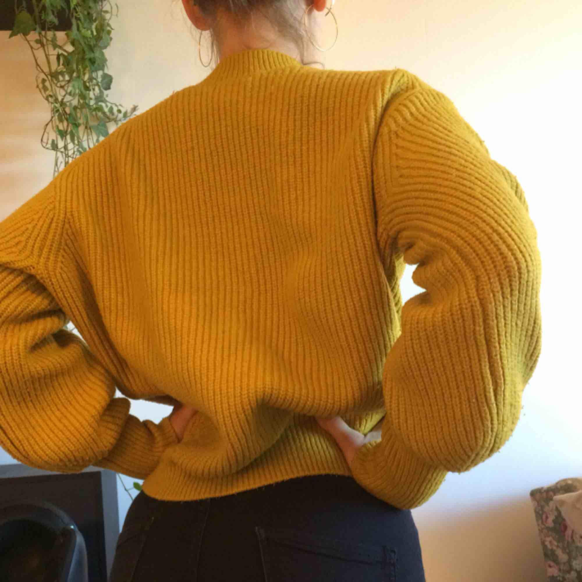Superskön stickad gul tröja. Väl använd men tjock och gosig. Frakt ingår i priset!. Stickat.