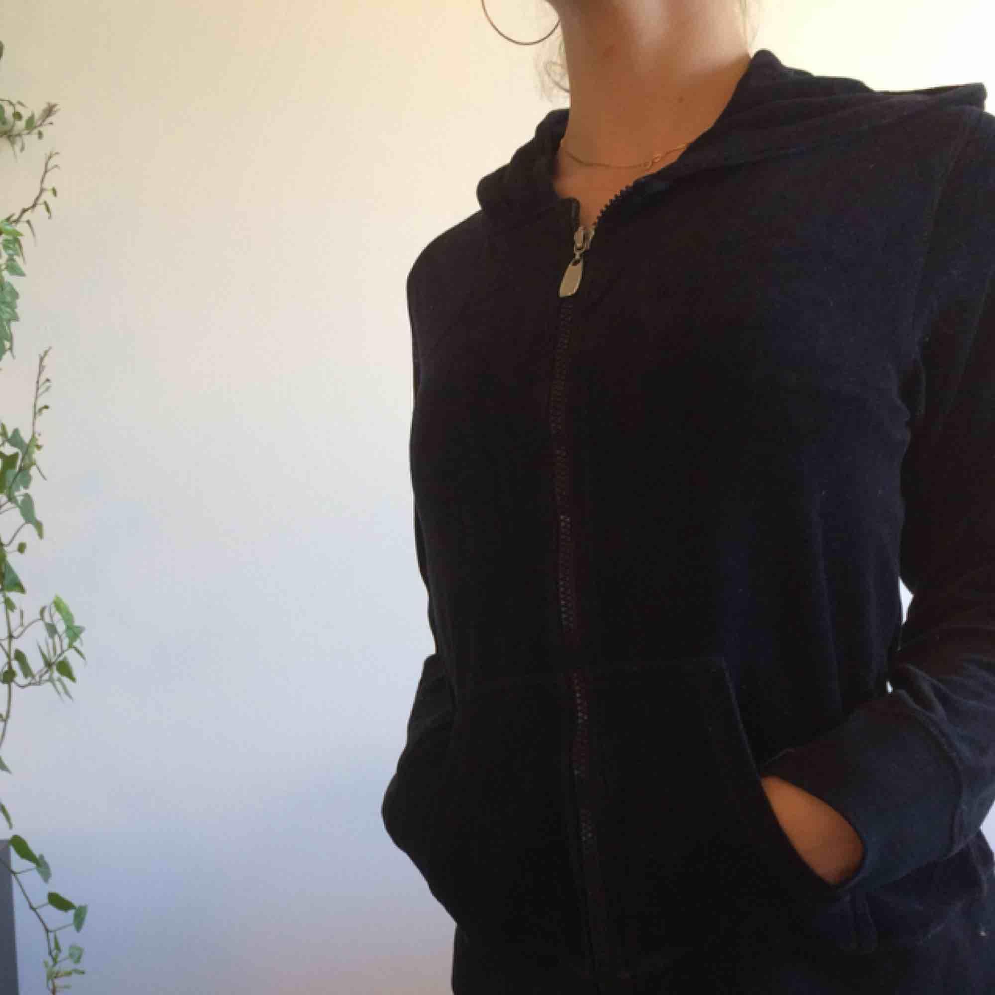 Kofta/ hoodie i svart velour. Frakt ingår i priset!. Huvtröjor & Träningströjor.