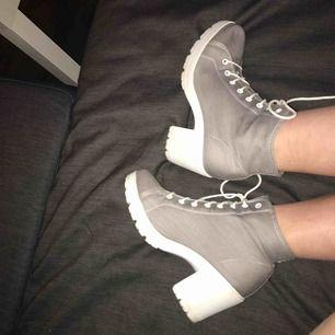 gråa och vita kängor, använda fåtal gånger och har bara en liten fläck som man ser på 3e bilden men den går säkert att få bort, nypris ca 300kr från din sko, köparen står för frakt
