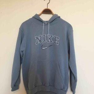 """Ljusblå 1990s Nikehoodie. Storlek S. Bokstävernas """"fordring"""" har släppt inuti tröjan (se bild), men det är ingenting som syns utanpå. Texten är dessutom fastsydd. Frakt ingår inte i priset utan tillkommer. 😊"""