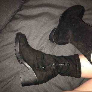 boots i seude, använda 4-5 gånger men kommer aldrig till användning längre, orginalpris ca 500-550kr, köpta på scorett har jag för mig, köparen står för frakt
