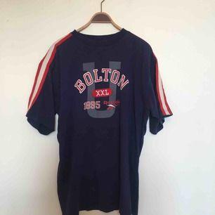 Oversize 1990s t-shirt från Reebok. Uppskattningsvis storlek XL eller XXL. I fint, begagnat skick. Frakt ingår inte i priset utan tillkommer. 🤗