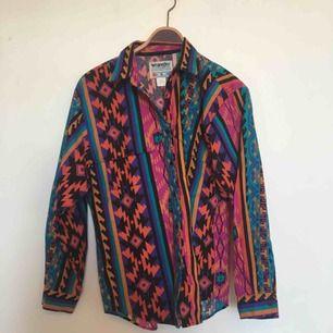 Mönstrad skjorta från Wrangel. Uppskattningsvis storlek M. I fint, begagnat skick. Frakt ingår inte i priset utan tillkommer.🤗