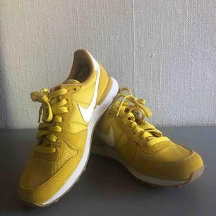 Nike internationalist i snygg gul färg, kommer inte till användning. Väldigt fina skick.  Du står för frakt, 75 kr :)