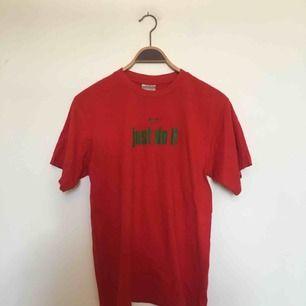 T-shirt från Nike. Uppskattningsvis storlek S/M. Den ska ha ett litet hål från prislappen, men jag kan inte hitta det nu. 😅 För övrigt är den i alla fall i fint, begagnat skick. Frakt ingår inte i priset utan tillkommer. 🤗