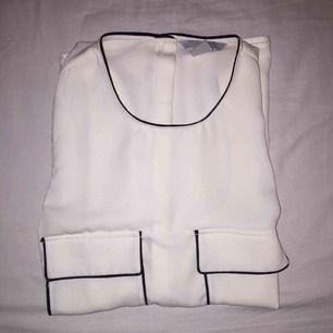 Linne från H&M. Använd en gång, som ny! Materialet känns som silke, knappar på ryggen. Väldig snygg men kommer ej till användning.