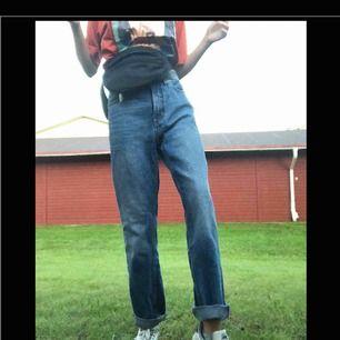 Mom-aktiga jeans från Monki!!🥰🥰 för tighta för mig och aningen för stora för min kompis (bilder), väl använda och lite slitna men bidrar bara till charmen. Matchar till allt! Frakt ingår!!<33