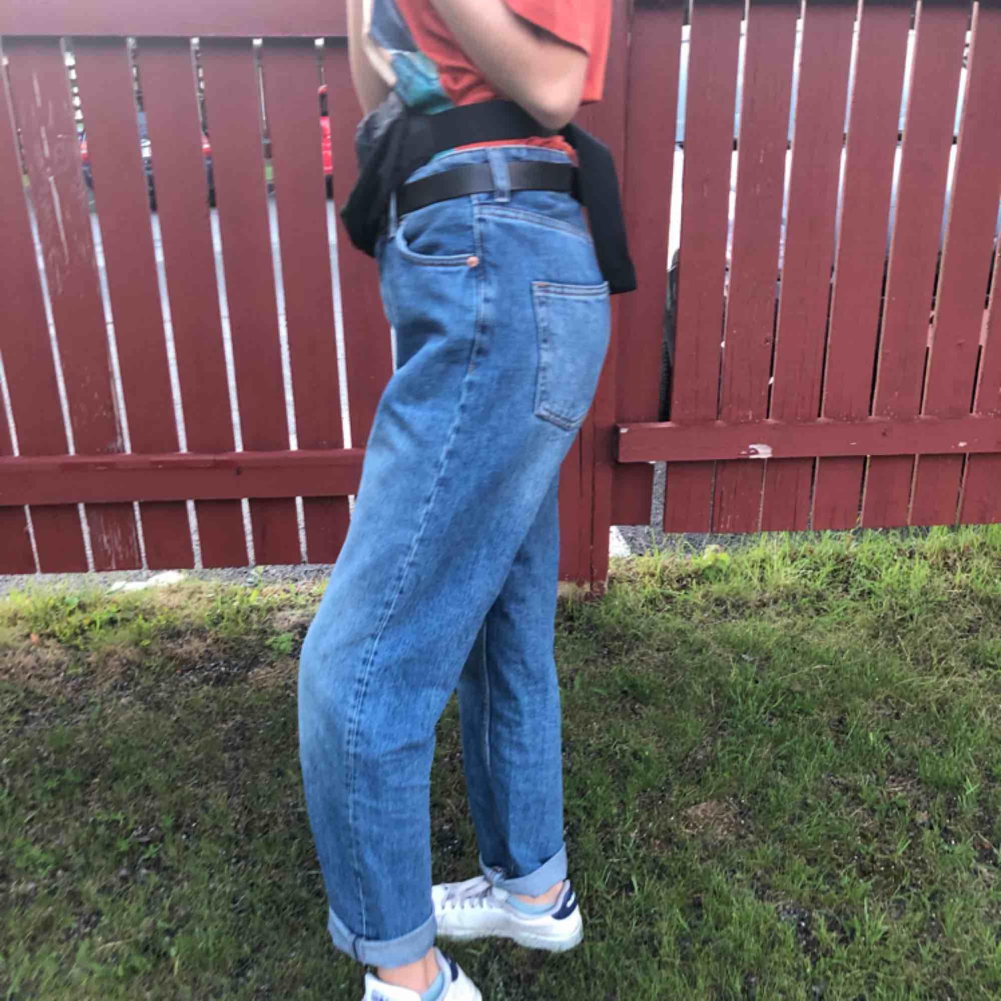 Mom-aktiga jeans från Monki!!🥰🥰 för tighta för mig och aningen för stora för min kompis (bilder), väl använda och lite slitna men bidrar bara till charmen. Matchar till allt! Frakt ingår!!<33. Jeans & Byxor.