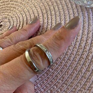 Oanvänd ring från tamaris nypris 499 dock fattas en sten se bild däravpriset. storlek 54 frakt ingår.