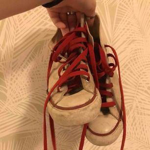 äkta converse som säljs pga för små. Skorna skulle behövas tvättas därav säljer jag dem billigt. Kontakta mig för mer info :)