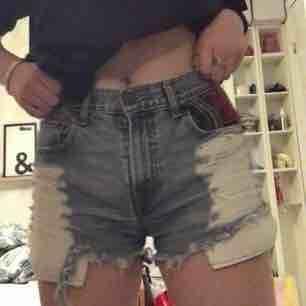 Äkta Levis boot cut shorts med ascoola detaljer. love dem är shortsen men säljer för dem tyvärr har blivit lite för små för mig :/ kan frakta och betalning sker via swish!:). Shorts.