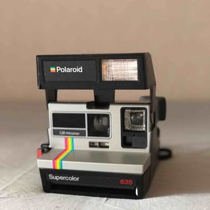 Knappt använd Polaroid kamera.  Finns 3 bilder kvar i kameran och den funkar perfekt.  Kan skickas men då står köparen för frakt.