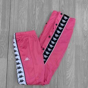 Superfina rosa kappa popperpants med olika vita/svarta ränder. Storlek xs. Frakt kostar 55kr extra, postar med videobevis/bildbevis. Jag garanterar en snabb pålitlig affär!✨ ✖️Fraktar endast✖️