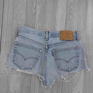 Snygga ljusblå Levi Shorts, passar en storlek S. Frakt kostar 55kr extra, postar med videobevis/bildbevis. Jag garanterar en snabb pålitlig affär!✨ ✖️Fraktar endast✖️