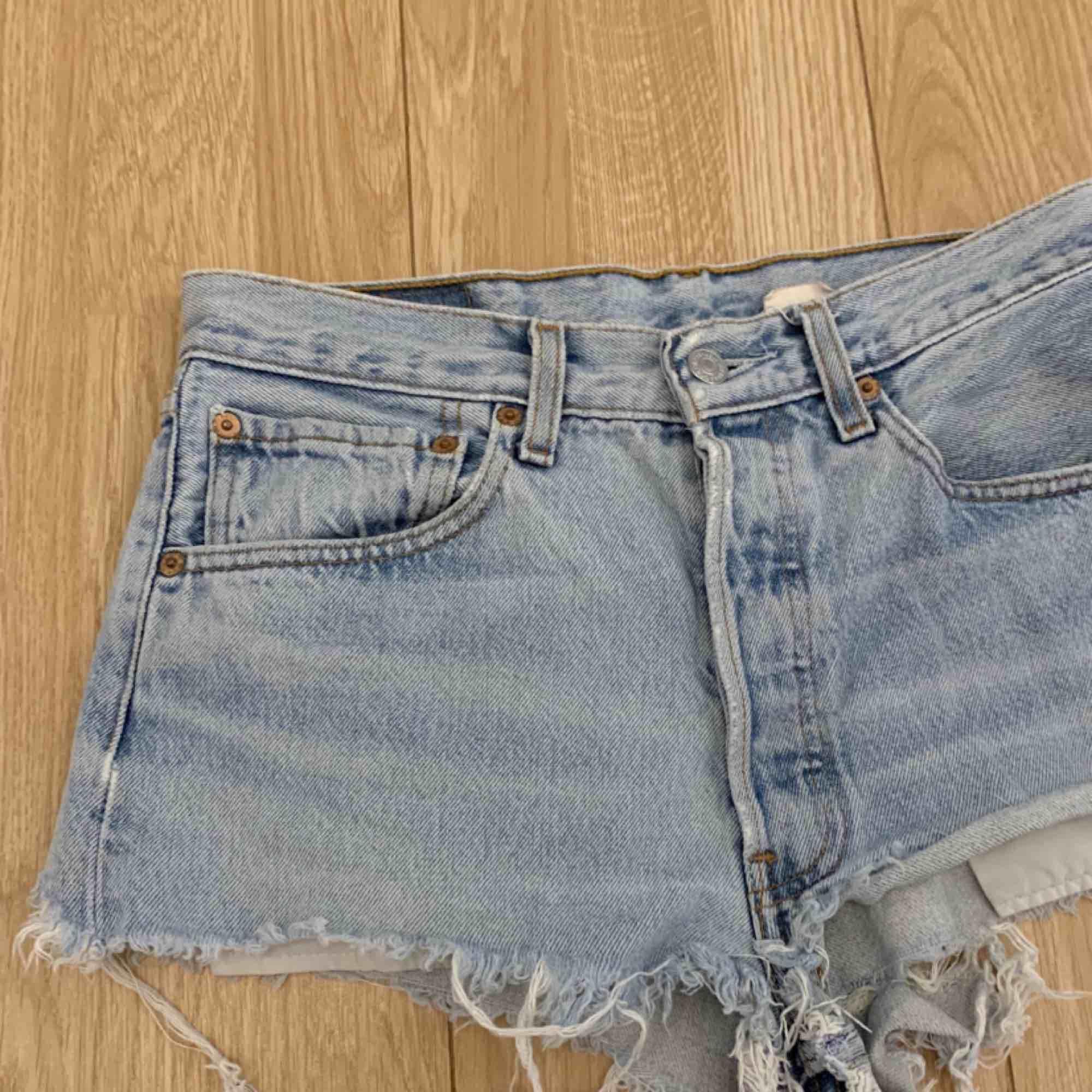 Snygga ljusblå Levi Shorts, passar en storlek S. Frakt kostar 55kr extra, postar med videobevis/bildbevis. Jag garanterar en snabb pålitlig affär!✨ ✖️Fraktar endast✖️ . Shorts.