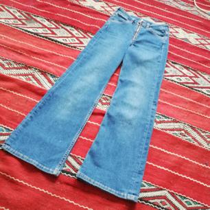 Blå jeans med hög midja i croppad kick flare modell från H&M Trend i stl 25, innehåller lite stretch. Synlig dragkedja och stor rund zip. Nypris 300 kr. Frakt 59 kr.