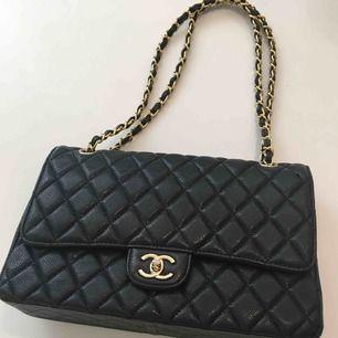 Chanelväska - Äkta skinn Inköpt här och urspungligen inköpt i Dubai av denne. Använd men dock inte av mig - att  anmärka är metalldelen av låset på insidan av väskan saknas men den fungerar som den ska.  Har precis fått en läderuppfräschad hos skomakare.