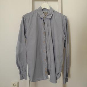 Randig Skjorta.   Kan mötas i Stockholmstrakten alternativt betalar köparen för frakten