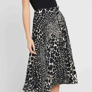 Helt ny asymmetrisk plisserad kjol med lappen kvar Från topshop. Säljes då den är lite för lång på mig som är 156 cm. Möts upp vid Fridhemsplan eller skickas mot fraktkostnad.