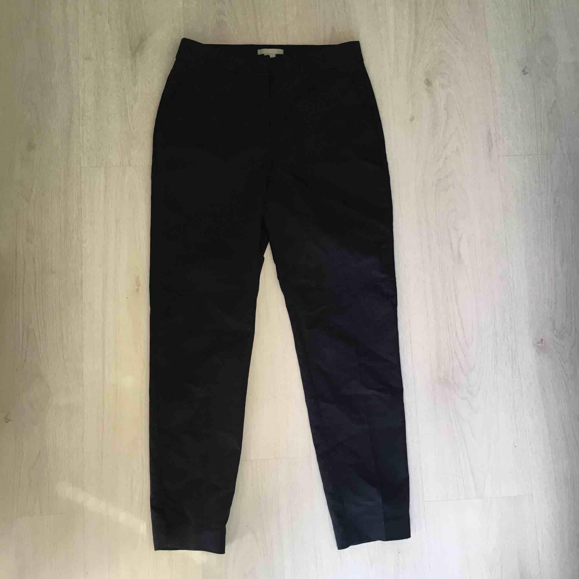 Mörkblå kostymbyxor från HM i storlek 34. Pressveck kvar på benen. Möts vid Fridhemsplan eller skickas mot fraktkostnad.. Jeans & Byxor.