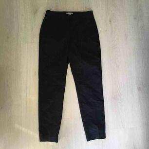 Mörkblå kostymbyxor från HM i storlek 34. Pressveck kvar på benen. Möts vid Fridhemsplan eller skickas mot fraktkostnad.