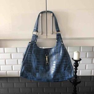 Jätte snygg väska säljes pga har för många. Lite sliten men tycker själv det bara ser bra ut!   Kolla gärna in mina andra annonser 💙