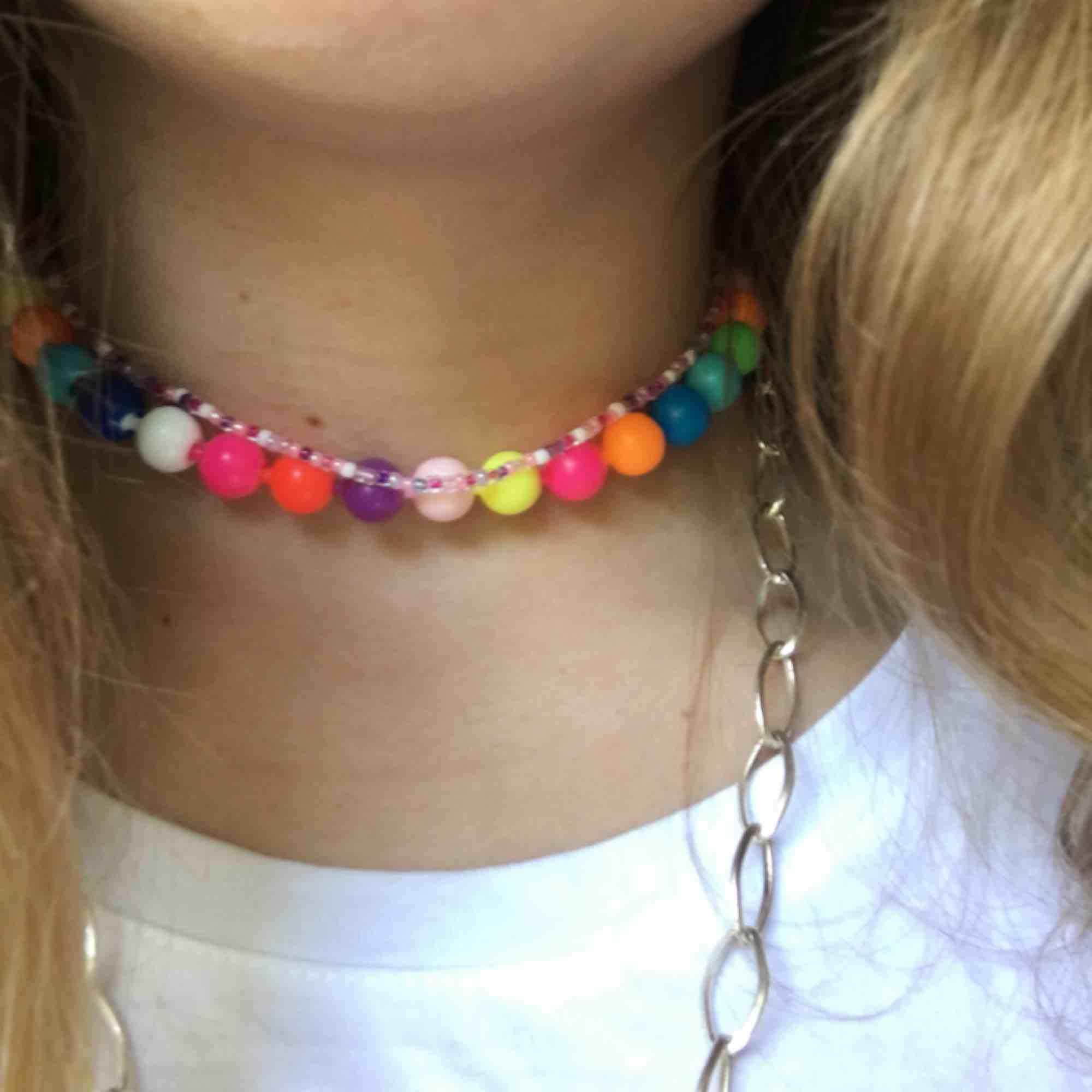 Trendigt Halsband/ Choker av färgglada plastpärlor, man kan dra isär pärlorna och ploppa ihop dom igen väldigt lätt. Frakt är inräknad💗kontakta vid inträsse. Accessoarer.