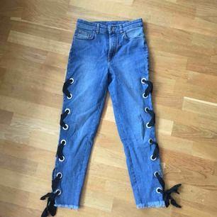 Jeans från Calzedonia i stretchigt material. Storlek s men passar XS-m pga stretch. Otroligt sköna och påminner mer om leggings/jeggings. Cool detalj på sidorna med öljetter och band! Använd 5 gånger. Nypris ca 400 kr.  Kolla gärna in mina andra annonser