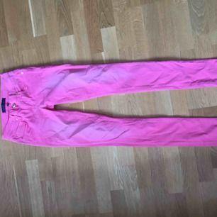 """Jeans från Juicy Couture i en härlig rosa färg. Superskönt med en snygg guldig detalj på fickan. Köpta på NK med ett nypris på 2000 kr, använda fåtal gånger. Modell """"skinny"""" i storlek 24. Använd fåtal gånger.   Kolla gärna in mina andra annonser!"""