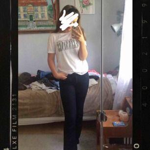 Super snygga marin blå bootcut jeans!! Säljes pga för liten storlek. Har ett litet hål på baksidan som knappt syns, se bild.⚡️💓