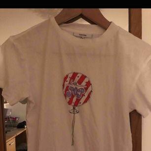 En t-shirt från Ganni i storlek XS säljs. Köptes på Wakakuu och knappt använd. Nypris var 700kr men säljer för 250kr