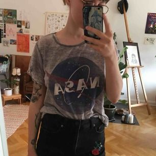 Tunn t-shirt från Pull & bear med NASA loggan på ✨