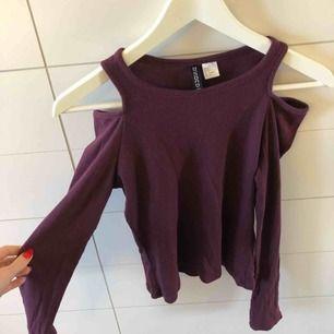 Mörkröd/lila tröja från H&M med hål på axlarna. Storlek S, frakt 50kr eller möter upp i Kristinehamn