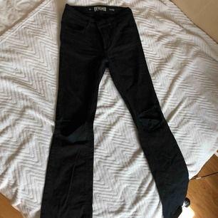Bootcut jeans med hål i knäna