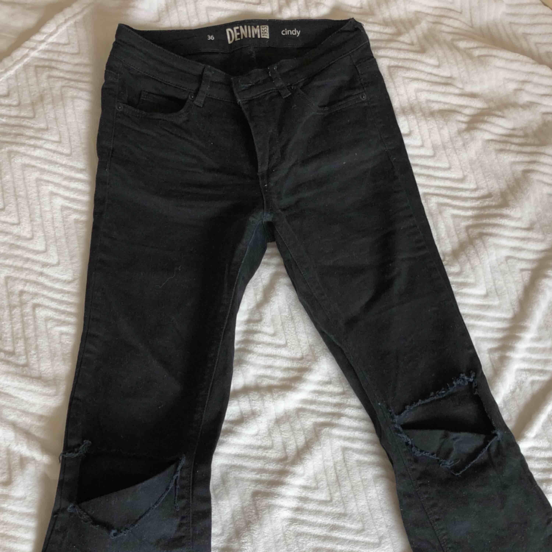 Bootcut jeans med hål i knäna. Jeans & Byxor.