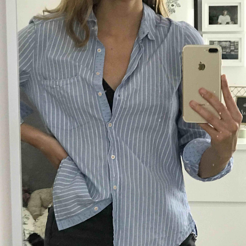 Ljusblå skjorta med vita ränder från Zara. Ett utav mina favoritplagg men använder tyvärr inte så mycket längre. Går att styla till mycket!. Skjortor.