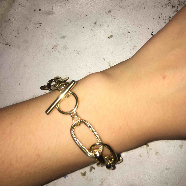 Jätte snyggt armband från Gina tricot, nypris 100kr. Aldrig använd, 9kr frakt. Accessoarer.