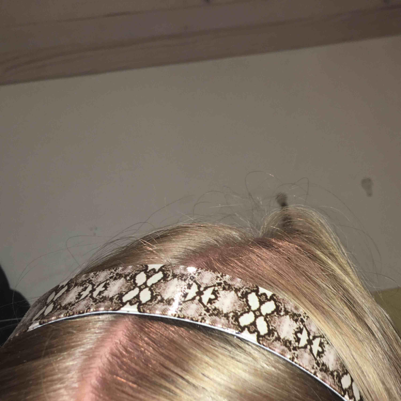 Snyggt hårband från Gina tricot, frakt 9kr. Accessoarer.