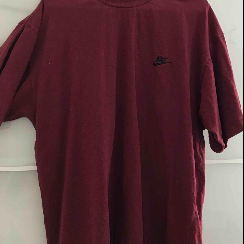 Vinröd Nike tröja i storlek L. Jag har knutit upp den då jag tycker den blir as tuff att ha lite kortare med ändå få de stora ärmarna. Funkar att ha som oversized såklart eller om man vill styla på eget sätt.. T-shirts.