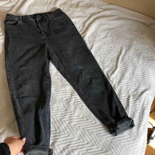 Superfina boyfriend jeans som är out-washed/mörkgrå.